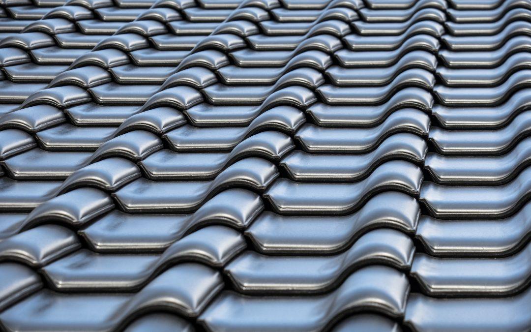 Remplacement de la toiture : Choisir entre une couverture métallique et des bardeaux d'asphalte